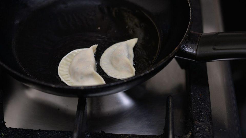 Knedlíčky se osmažením na pánvi zpevní a budou dobře držet v polévce