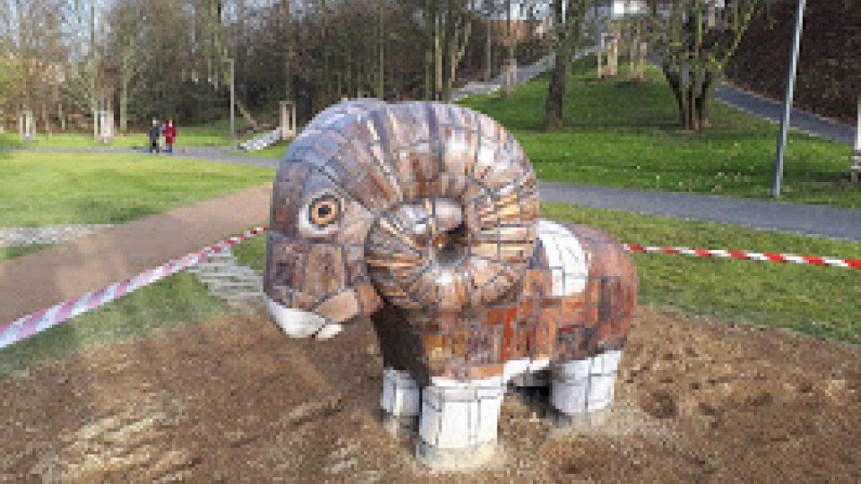 V kladenském parku, kde bývala ZOO, se zabydlela keramická zvířata