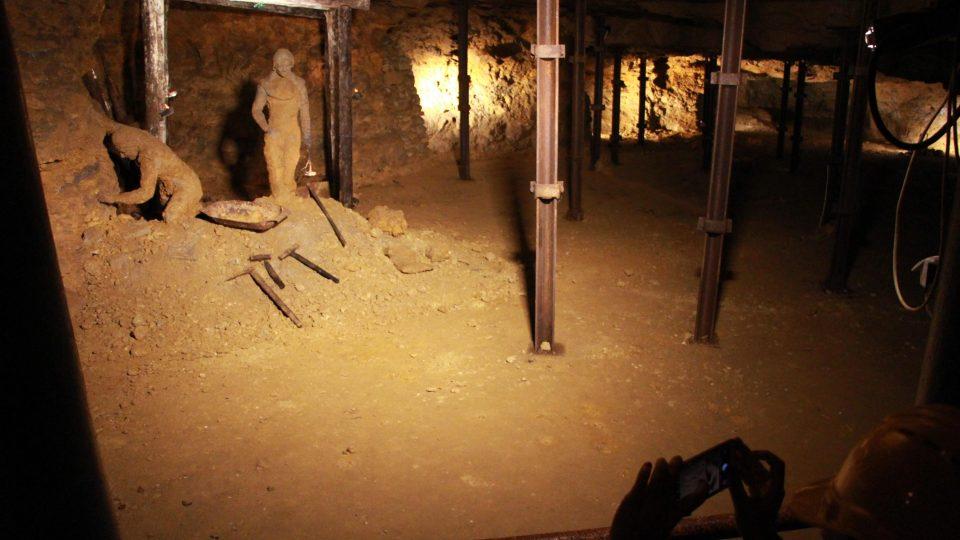 Horníci pracovali v dole po dvou. Vzpěry občas tlak stěn nevydržely a došlo k závalu