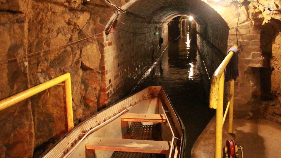 Chodby v dole jsou vyspádované, aby voda odtékala samospádem