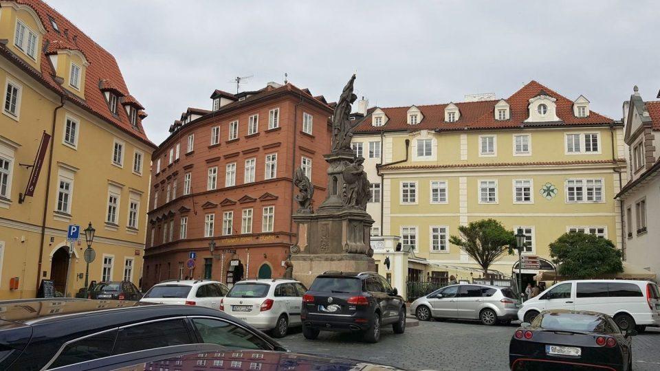 Nejstarší pošta v Praze, žlutá budova vlevo