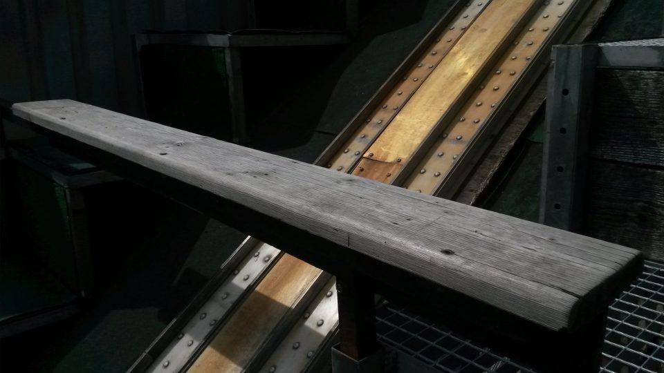 Lavička, na kterou se při startu posadí skokani