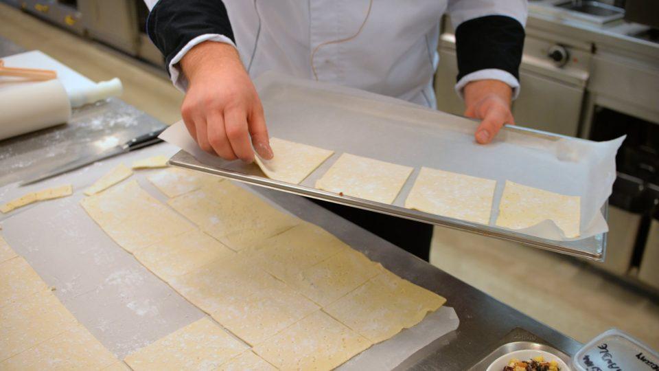 Těsto přesuneme na plech vyložený pečicím papírem. Pečeme při 180 stupních asi 13 minut