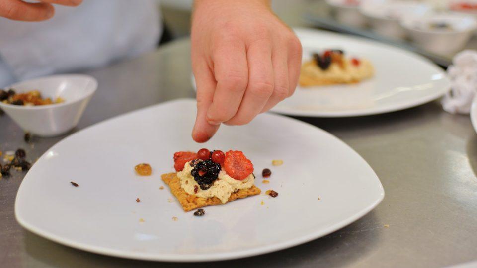 Daniel Bukowski dezert připravuje záměrně ledabyle