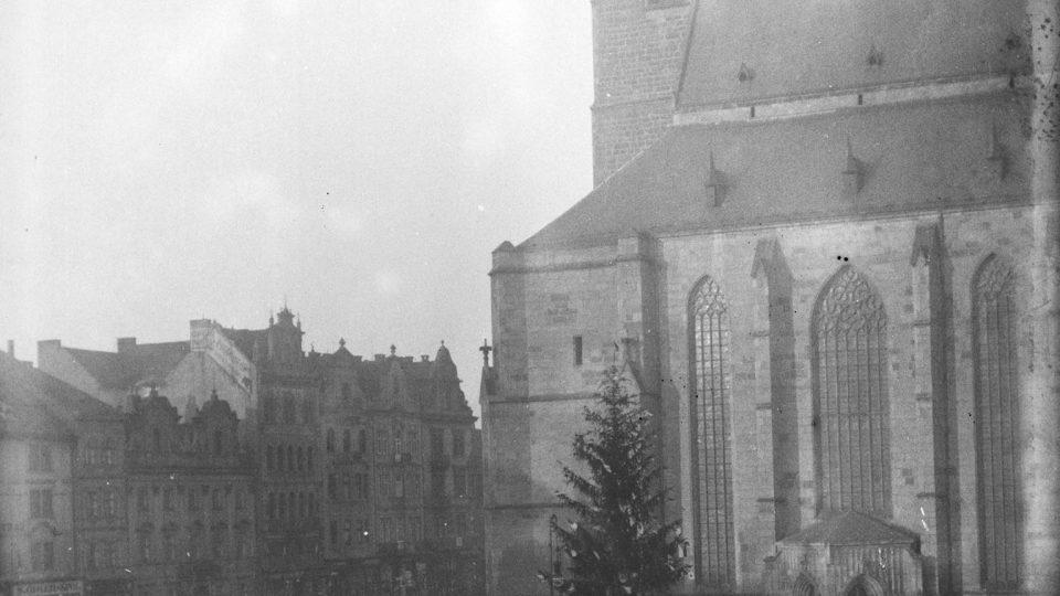 Vánoční strom, na plzeňském náměstí Republiky, B. Červený