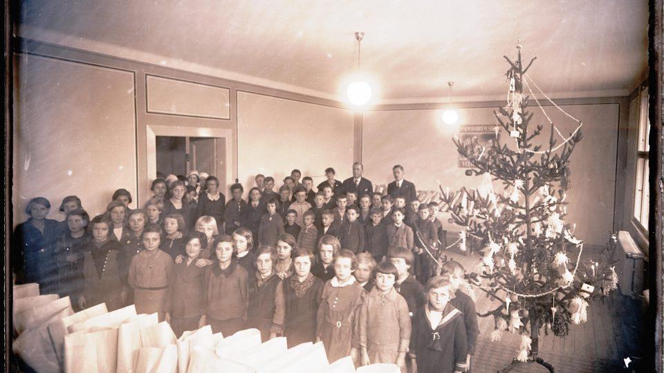 Vánoční nadílka v Červeném kříži, získáno 1939