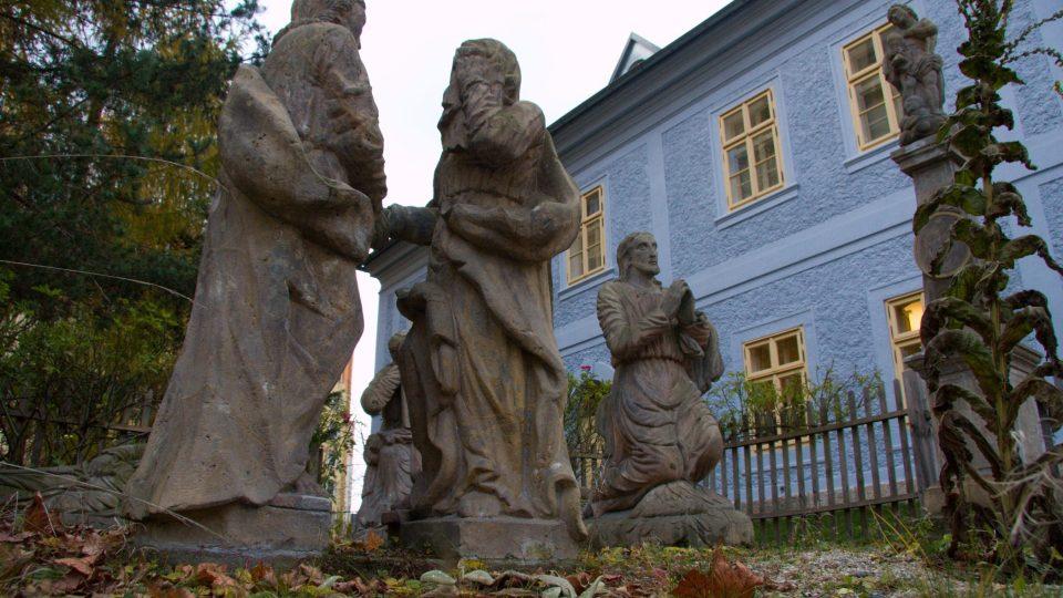 Zajímavá je také zahrada náležející k domu, kde se nachází sousoší Getsemanské zahrady pocházející z roku 1829