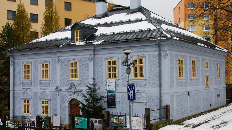 Bývalou faru v Kostelní ulici nelze přehlédnout díky zářivě modré fasádě