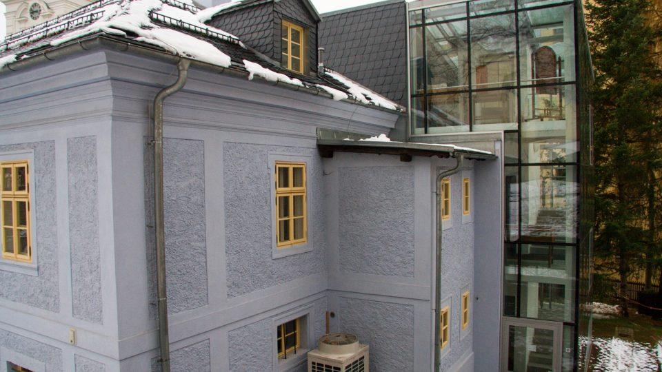 K faře byl při rekonstrukci přistavěn zezadu výtah se schodištěm, pohledově budovu neruší
