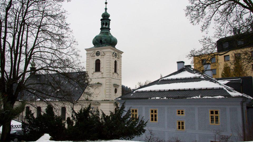 Naproti bývalé faře stojí kostel sv. Anny