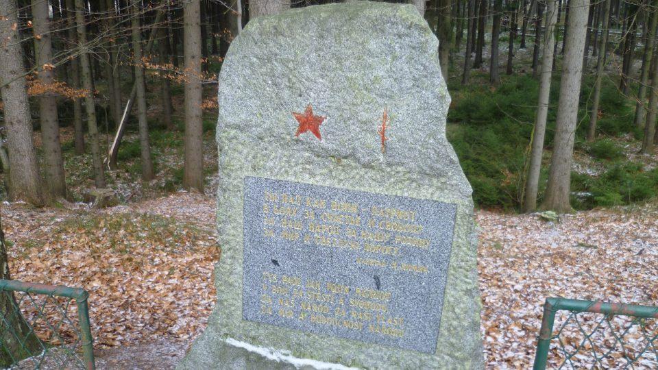Text na náhrobku je český i ruský