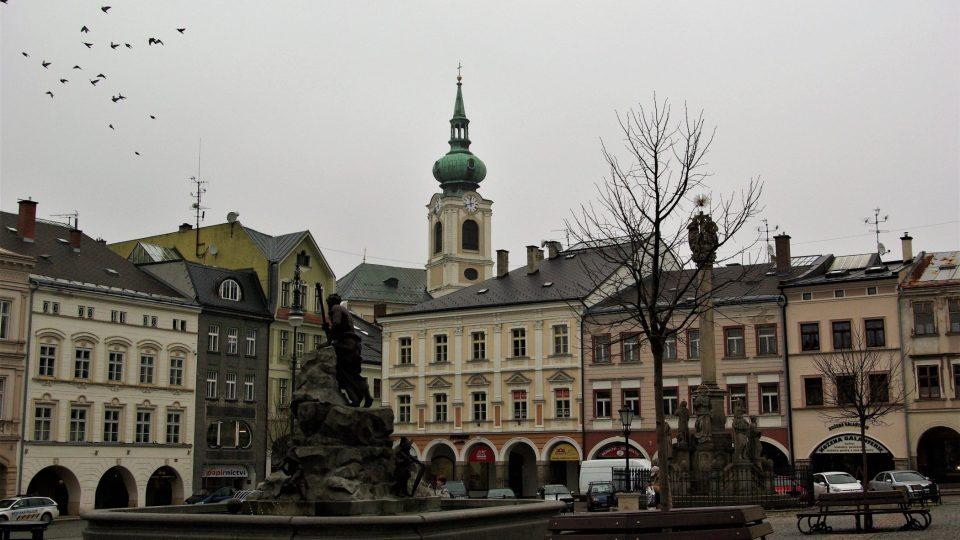 Do historického centra Trutnova zapadá kromě Krakonošovy kašny i barokní sloup Největější Trojice (vpravo)