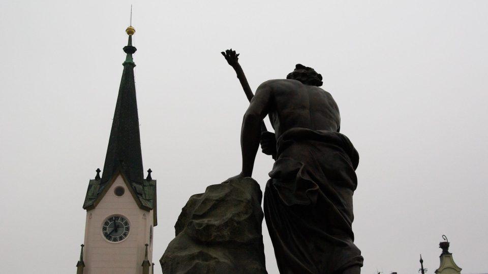 Historické trutnovské zátiší - novogotická věž staré radnice a socha Krakonoše na kašně