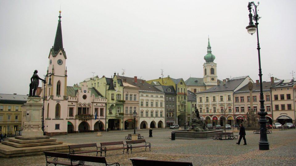 Pohled na Krakonošovo náměstí, které mimo jiné zdobí i replika sochy Josefa II. (vlevo)