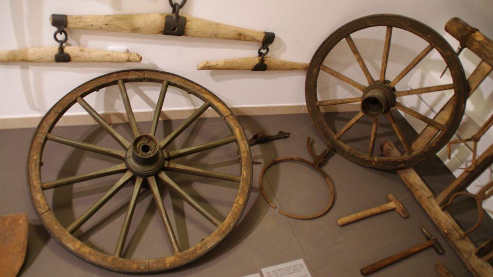 Obruče kol, kování závlačky a další součásti vozů opravoval kovář, který tak byl pneuservisem i autoservisem našich předků