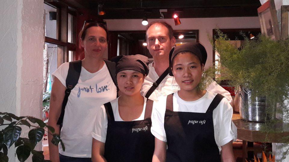 Servírky v Prague Café se s návštěvou z Česka vyfotily