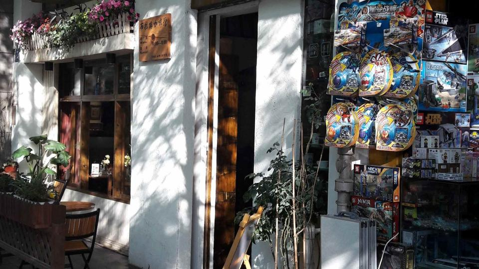 Za český název vděčí Pražská kavárna v Kchun-mingu jednomu klíčovému seznámení v autobusu