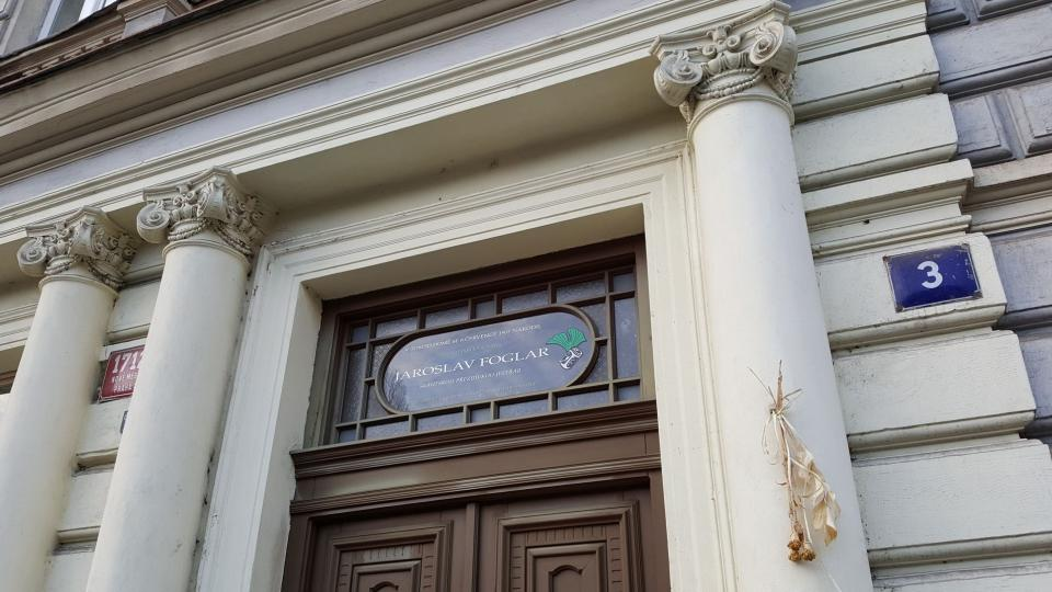 Skleněnou vitráž nad vchodem do domu umístili členové Sdružení přátel Jaroslava Foglara