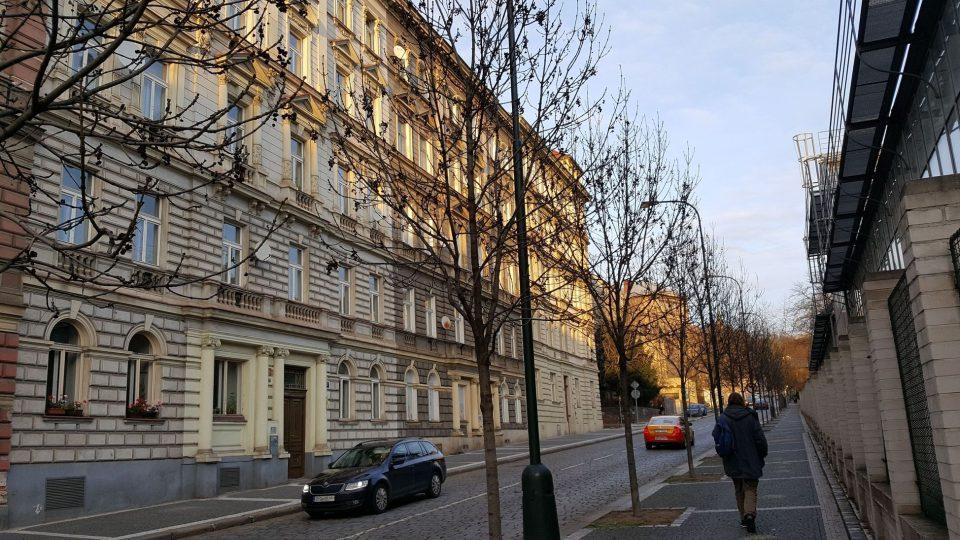 V okolí Benátské ulice se rozkládal nemocniční areál, dějiště jedné z Foglarových historek