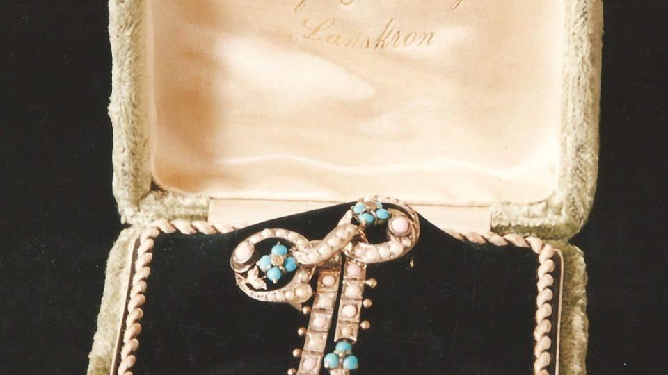 Brož a náušnice, svatební dar pro Langerovu dceru z expozice Městského muzea v Lanškrouně