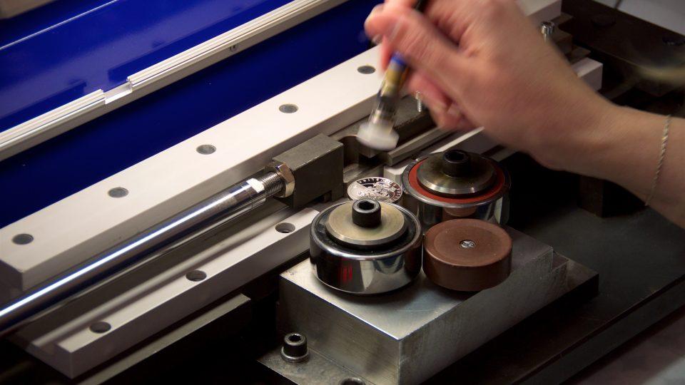 Výroba nápisu na hraně mince