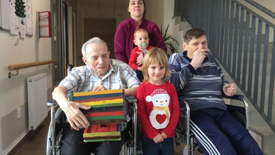 Pro dva seniory v Kaplici se Ježíškovým vnoučetem stala Lucie Žílová. Dárky přivezla i se svými dětmi