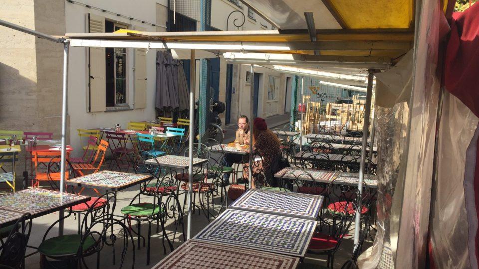 Ve všední den dopoledne na nejstarší pařížské tržnici mnoho lidí nepotkáte