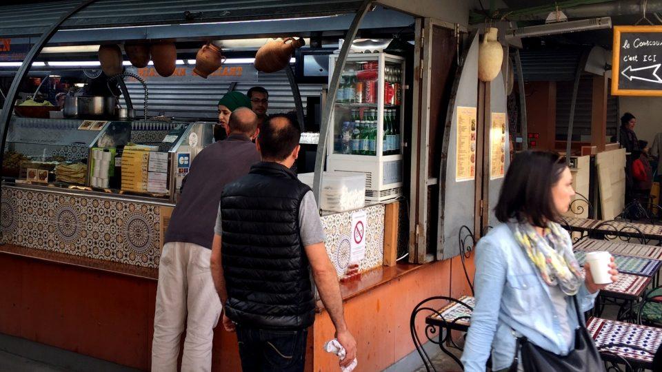 Stánek s marockým občerstvením v tržnici neminete