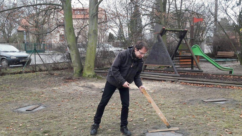Zahradu fary v Chrástu u Plzně oživí skleněný kříž a zajímavý altán