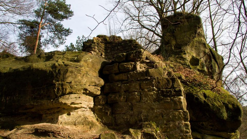 Zdivo přímo navazuje na skalní bloky