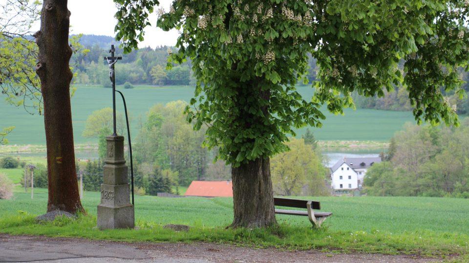 Vyhlídky do okolí jsou tu nádherné, jezdívala sem kvůli nim i čistému venkovskému vzduchu městská smetánka