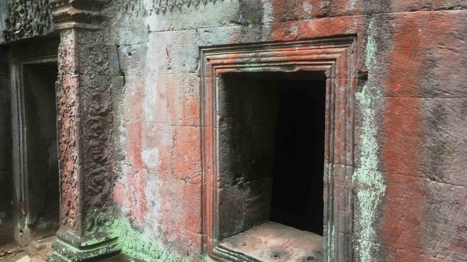 Khmérští stavitelé neznali základy, a tak svoje chrámybudovali podobně, jako děti staví z kostek