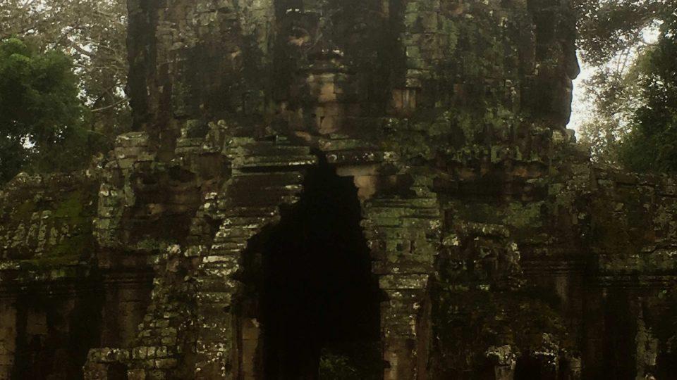 Kamenné tváře na bayonech dodnes nejsou objasněny
