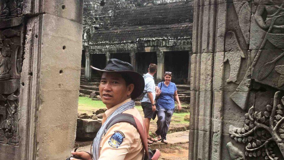 Kamenné reliéfy na obvodových zdech zachycují život Khmérů před staletími