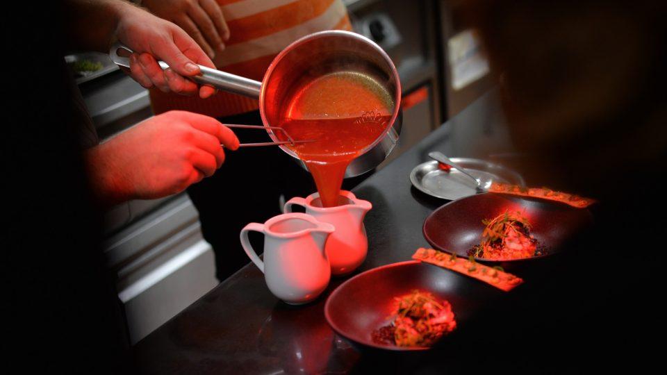 Finální přelévání polévky