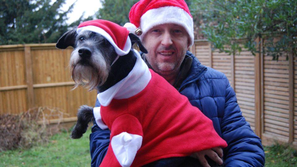 Jaromír Marek a jeho pes Mikeš ve svém vánočním modelu