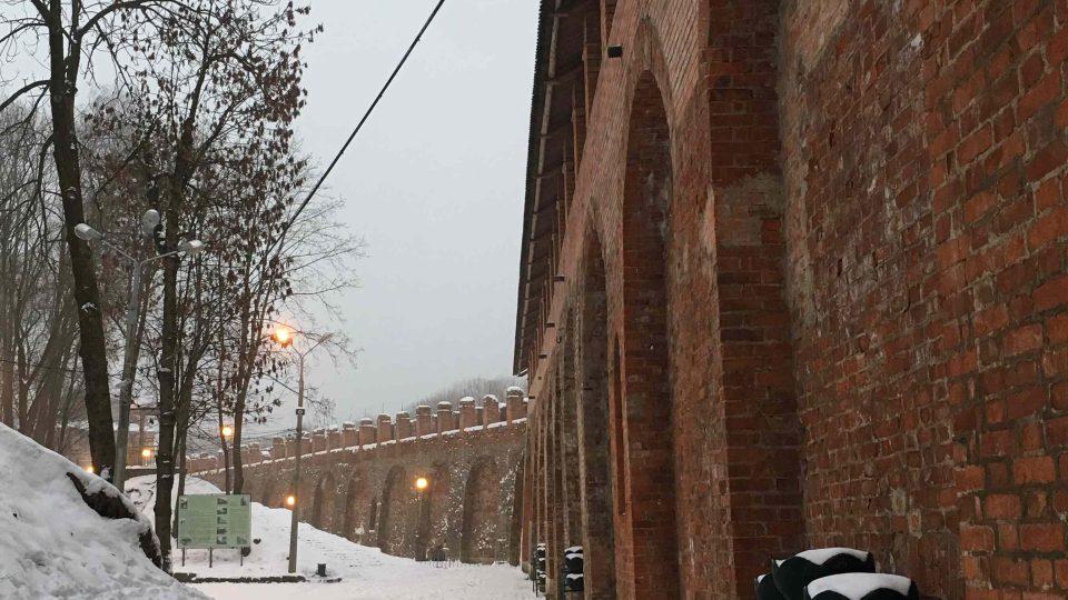 Kolem hradeb vede příjemná procházka