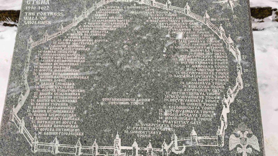 Plán na kamenné desce znázorňuje podobu původních hradeb ve Smolensku