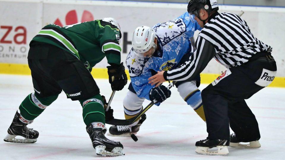 """Hokejisté Kladna si ve """"vánočních"""" dresech nadělili vítězství nad Karlovými Vary"""