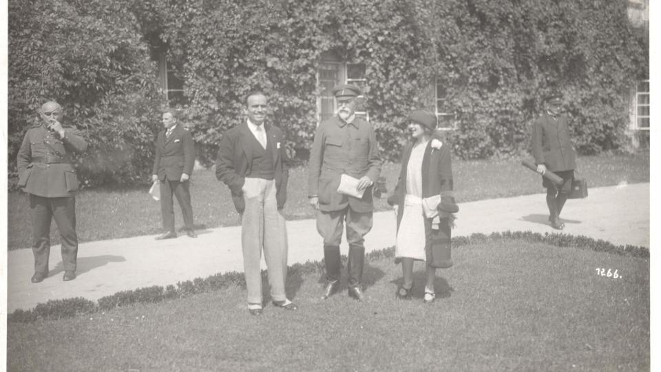 T. G. Masaryk s americkýmí herci Douglasem Fairbanksem a Mary Pickfordovou (vlevo armádní generál Jan Syrový) během jejich návštěvy lánského zámku v roce 1926