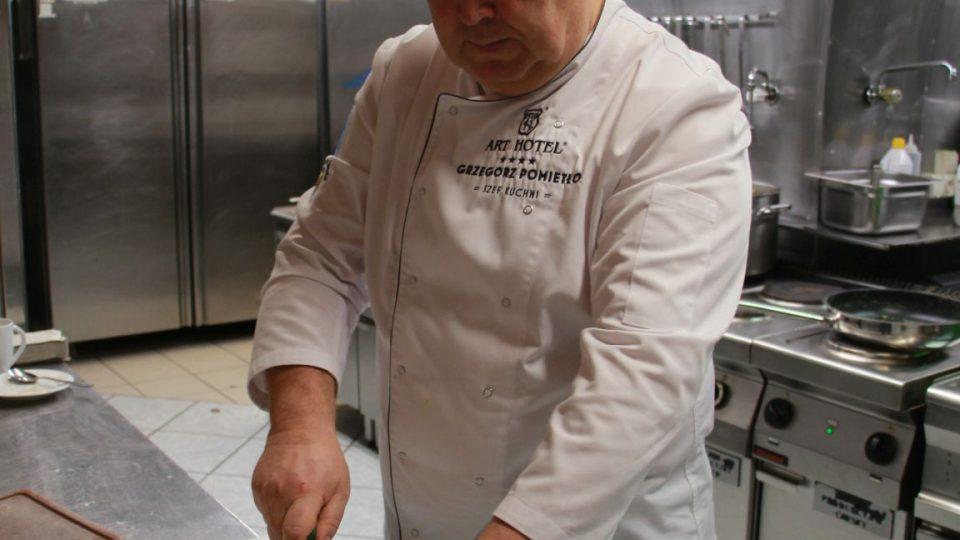 Šéfkuchař Grzegorz Pomietlo připravuje tradiční dolnoslezský recept na kapra
