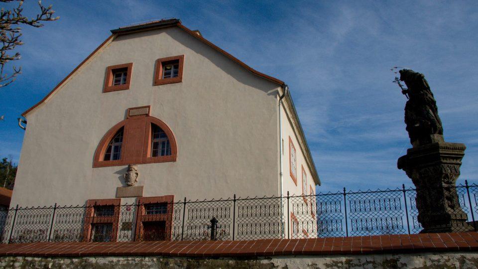 Městské muzeum v Mimoni se sochou sv. Jana Nepomuckého