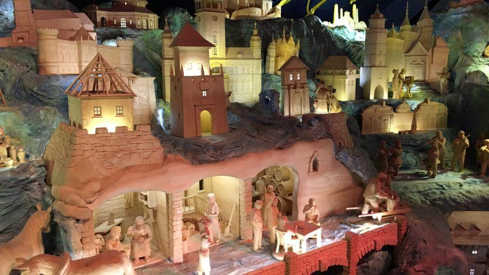 V průběhu filmové projekce jsou osvětlovány jednotlivé monumenty betlému, o kterých se v daném okamžiku ve filmu hovoří