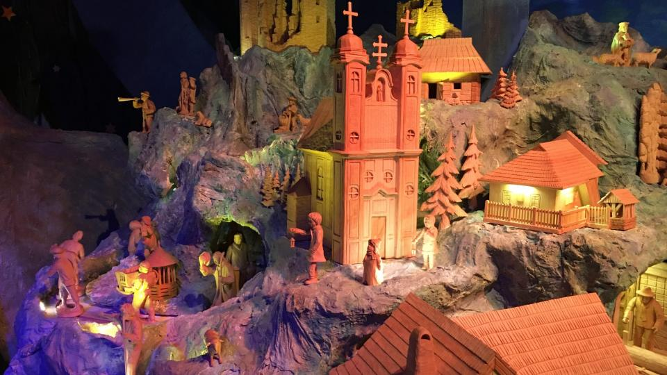 Betlém kromě tradičních postav doplňují mimo jiné dřevořezby 40 nejzajímavějších míst Zlínského a Trenčínského kraje