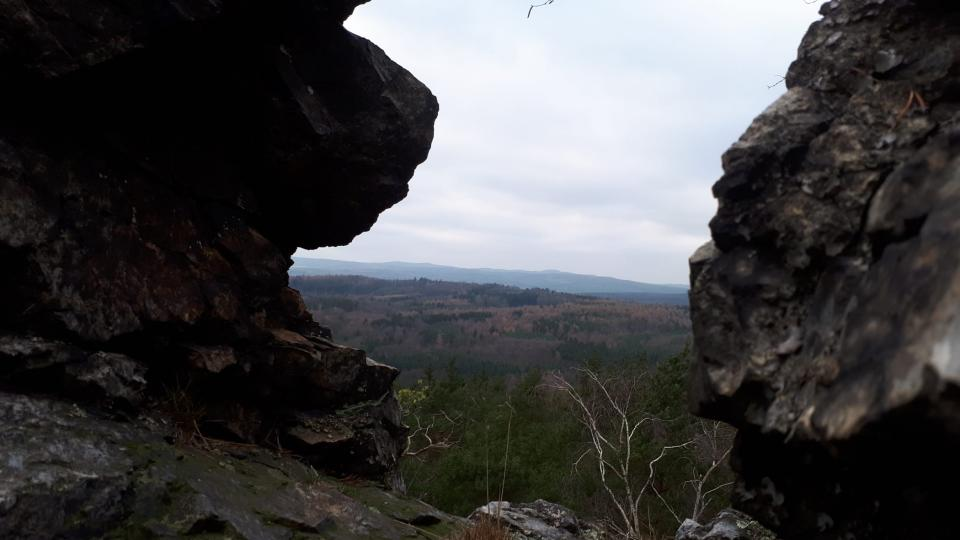Členité skály vytvářejí přirozené vyhlídky na křivoklátské lesy