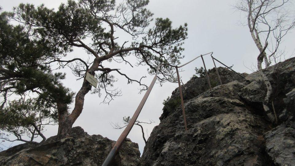 Poslední výstup na samotný vrchol je poměrně náročný, ale můžeme se tu přidržovat zábradlí