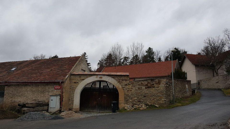 Jeden z historických domů v Klukovicích