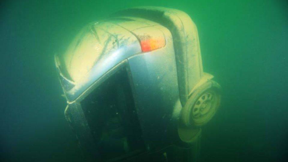 Policejní potápěči vyzvedli z lomu u Lahoště čtyři utopená osobní auta