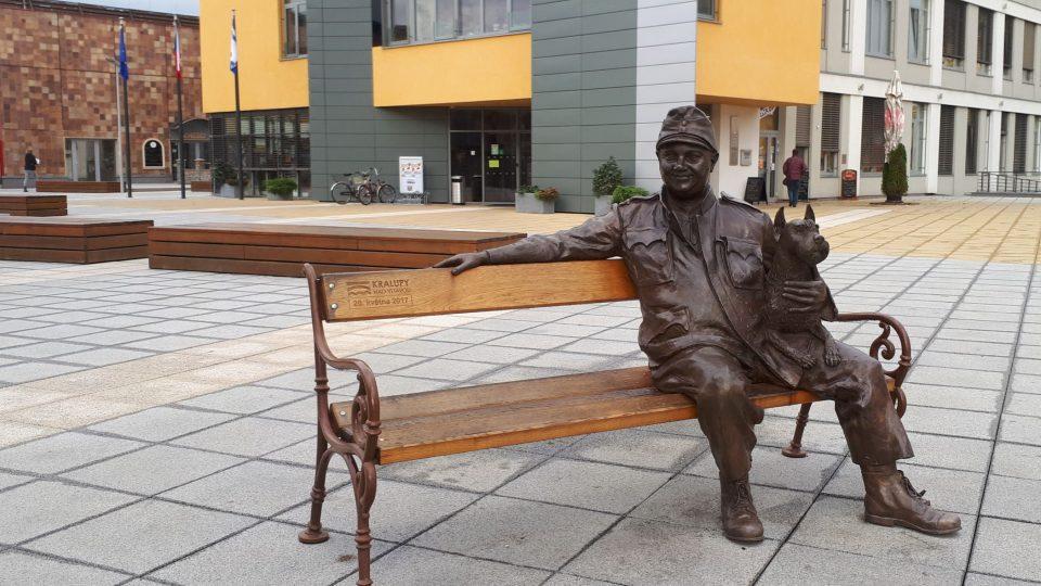 Na kralupském náměstí se můžete posadit vedle vojáka Švejka