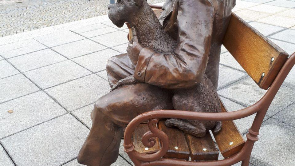 Stačí se posadit vedle slavné dvojice a dívat se společně po celém náměstí